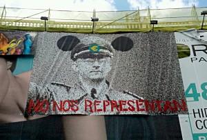 Cartel en AcampadaSol de un nazi europeo con el lema No nos respresentan