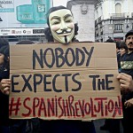 "Anonymous sosteniendo un cartel que dice ""Nobody expects the #SpanishRevolution"" en la plaza del Sol de Madrid, España."